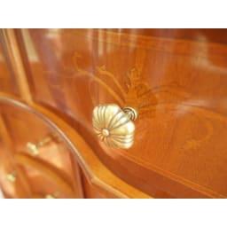 イタリア製 象がん 収納家具 猫脚 コンソール チェスト キャビネット 引出の引き手はくすんだゴールド色。ちょっぴりアンティーク感も楽しめます。