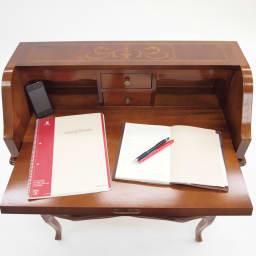 イタリア製象がん収納家具 ライティングデスク(パソコンデスク) A4サイズのノートブックと、手帳、スマートフォンを置いてみました。天板作業イメージとしてご覧ください。
