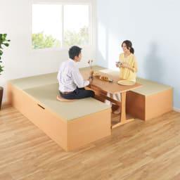跳ね上げ式ユニット畳 ヘリ有り半畳 高さ45cm テーブルを囲んでコの字型に置けば掘りごたつ風ダイニングに。(※写真はヘリ無・1畳×2+半畳×2)
