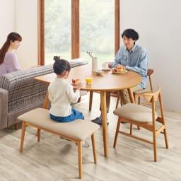 省スペース半円ダイニングセット 4点セット(テーブル幅90cm+カバーが洗えるチェア2脚組+カバーが洗えるベンチ) (ア)ナチュラル×ベージュ ソファ後方にテーブルを置けば、お部屋が広く使えます。 ※写真はテーブル幅120cmです。