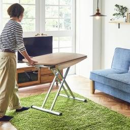 丸形昇降バタフライテーブル幅120 脚部にはキャスターがついており、使いたい場所で動かすのもラクラクです(天板は縮めた状態で動かしてください)