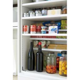 大型パントリーシリーズ スライド収納庫 板扉 幅80cm ムダなすき間を作らず収納 段違い棚で、長尺物からボトル類まですっきり収納。内部の空間を無駄なく活用できます。