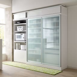 大型パントリーシリーズ スライド収納庫 ガラス扉 幅148cm コーディネート例(ア)ホワイト 半透明のガラス扉が圧迫感を軽減。