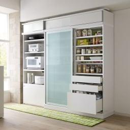 大型パントリーシリーズ スライド収納庫 ガラス扉 幅148cm コーディネート例(ア)ホワイト 開閉に場所を取らない引き戸式で、狭いキッチンでも活躍します。