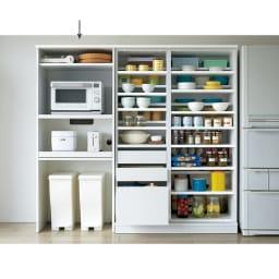 大型パントリーシリーズ レンジラック 下オープン 幅75.5cm コーディネート例(ア)ホワイト 同シリーズのパントリー収納庫と合わせればキッチンに必要なものを一括して管理できる効率の良いキッチンに。 ≪シリーズ組合せ例≫ ※写真の天井高さ210cm
