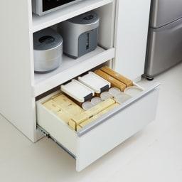 家電も食器もたっぷり収納!天井ぴったりキッチンシリーズ マルチボード 幅90cm奥行45cm 下段引出しは、調味料等の食品ストックやこまごまとしたキッチン雑貨の収納に便利。