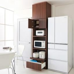 家電も食器もたっぷり収納!天井ぴったりキッチンシリーズ マルチボード 幅90cm奥行45cm 色見本(ウ)ダークブラウン ※天井高さ240cm ※写真はレンジボード幅60cm+上置き幅60cmです。