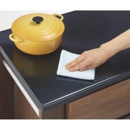 天然木伸長式キッチンカウンター 幅79.5~126cm 熱や水に強くお手入れしやすいウレタン塗装の天板。