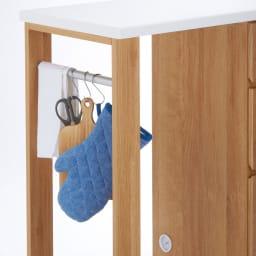 天然木伸長式キッチンカウンター 幅79.5~126cm タオルやミトンなどが掛けられるサイドバー付き。(S字フックは付属しません)