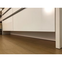 ステンレストップ間仕切りカウンター 幅150cm 正面下のすき間高さは約11cm。