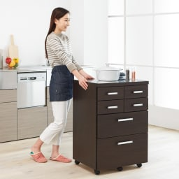 【分類して効率収納】引き出しいっぱいステンレストップカウンター 幅119cm 幅60タイプはキッチンワゴンとしても活躍します。 (イ)ダークブラウン