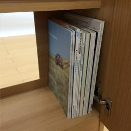 配線すっきりカウンター下収納庫 3枚扉 《幅90cm・奥行25cm・高さ77~103cm/高さ1cm単位オーダー》 雑誌などがぎりぎり入る奥行で、書棚としても活用できます。背面の大きな穴はコンセント活用に便利。