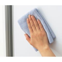 狭いキッチンでも置ける!薄型引き戸パントリー収納庫 奥行21cmタイプ 幅90cm (ア)ホワイトは前面は水や汚れに強く光沢感のあるポリエステル化粧合板を使用。