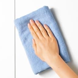 組立て不要 1cmピッチ段違いハーフ収納棚のキッチンストッカー食品収納庫 幅60cm 前面はお手入れしやすいポリエステル化粧合板。水ハネや汚れをサッと拭き取れます。