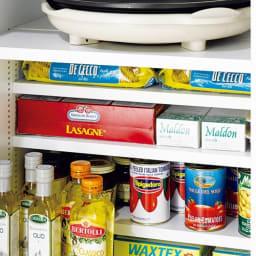 組立て不要 1cmピッチ段違いハーフ収納棚のキッチンストッカー食品収納庫 幅75cm 1cmピッチで調整できるハーフ棚を利用して効率良く収納。