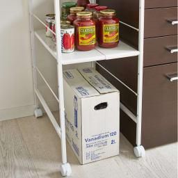 キッチンのすき間にピッタリ 幅伸縮すき間ラック 奥行59.5cm ペットボトルなどの重たいストックを箱のまま収納できます。