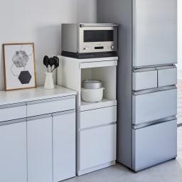 必要なものだけコンパクトに置ける ミニマリストのためのミニマルレンジ台 深引き出しタイプ 幅44cm 冷蔵庫とカウンターの間などのすき間にも設置可能。
