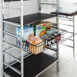 スタイリッシュなキッチン家電ラック ミドル 幅55.5cm 高さ122cm 引き出して使えるバスケット。パン、ジャム、シリアルなどの収納に。