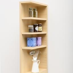 幅が1cm単位でオーダーできる2面オープンすき間収納庫 奥行45cm 幅15~19cm 取り出しやすい棚部にはよく使う調味料や調理ツールを。料理の盛り付け作業にも便利。