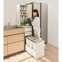 分別ごみ箱付きすき間収納庫 2分別 ハイタイプ 使用イメージ 収納棚、作業台、ゴミ箱が一体化。すき間でもスムーズな調理作業をサポートします。 ※写真は3分別ハイタイプです。