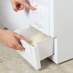 引き出しが充実!スライドテーブル付きレンジ台 米びつハイタイプ お米の取り出しは簡単プッシュ式。容量12kgの米びつ付き。