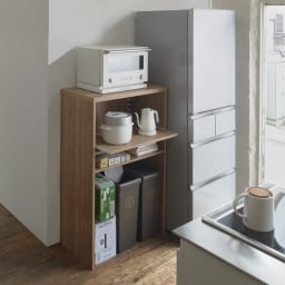 ゴミ箱上が活用できる家電オープンラック 幅59cm 使用イメージ(ア)ブラウン スライドテーブルは約26cm前方に出せます。 ※写真は幅74cmタイプです。ゴミ箱は別売の商品です。