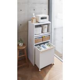 ゴミ箱上が活用できる家電オープンラック 幅74cm 使用イメージ(イ)ホワイト ワゴンタイプのゴミ箱もすっきり収まります。 ※写真は幅59cmタイプです。ワゴンは別売の商品です。