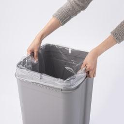 Seals(シールズ) ダストボックス 45リットル 【ゴミ袋セット方法 3】 左右の穴(袋止めクリップホール)に袋を入れ込みます。