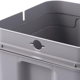 Seals(シールズ) ダストボックス 45リットル 袋止めクリップホール構造。袋止めの両側面に開いたクリップホールへゴミ袋の端を入れ込むだけで、簡単に取り付ける事ができます。フタをした際、袋の余りが外へはみ出さない様セットすることが可能です。