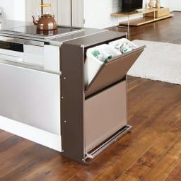 ペダル式薄型分別ダストボックス 4分別 幅63.5cm (イ)ブラウン 幅63.5cmのワイドサイズで、容量たっぷり。コンロやシンクと並べても使いやすい高さです。