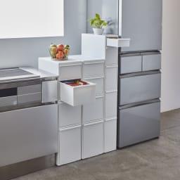 引き出しいっぱいスリムキッチンストッカー 6段・幅17cm 使用イメージ 高さ違いを並べても統一感のあるデザイン。 ※写真左から4段・幅25.5cmタイプ×2、5段・幅17cmタイプ。