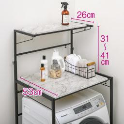 天井が低くても置ける大理石調ランドリーラック 棚2段 下段の棚板は収納力のある奥行53cm。洗濯物の仕分けやたたみ作業にも便利です。