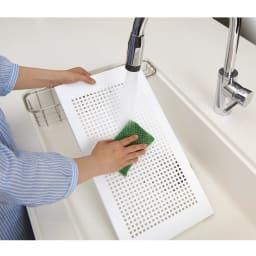 天井の梁や段差が避けられるノルディックランドリーラック 棚3段 棚板は樹脂製で、取り外して丸洗いできます。