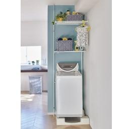 天井の梁や段差が避けられるノルディックランドリーラック 棚3段 使用イメージ(ア)ホワイト 洗濯機から出した洗濯物をここでハンガーに掛けてから、まとめて干し場に持って行くことができて家事の時短に。 ※写真は棚2段タイプです。