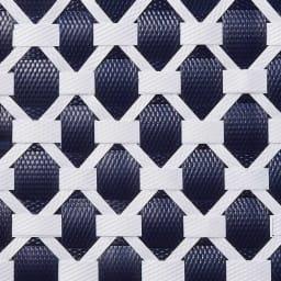 ノルディックランドリーバスケット Lサイズふた付き 太さの違うプラスチックテープを手作業で編み込んで複雑な幾何学柄を表現。