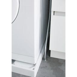 驚きのパイプ幅1.2cm すき間に収まるランドリーラック 棚3段 アジャスターも1.2cm幅なので洗面台と洗濯機の間などわずかなすき間にも設置ができます。