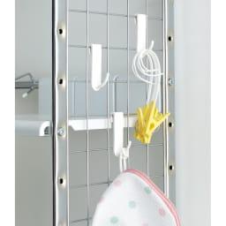 驚きのパイプ幅1.2cm すき間に収まるランドリーラック 棚3段 サイドネットは左右どちらにも設置できます。洗濯機周りの小物を掛けるのに便利です。