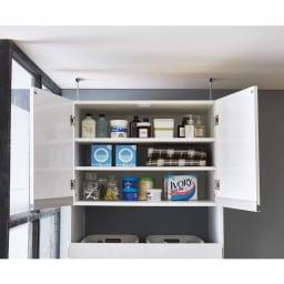 脱衣カゴが隠せるランドリーラック 幅80cm 丈夫扉の中は可動棚2枚付き。3cm間隔・11段階で収納物の高さに合わせて調整できます。