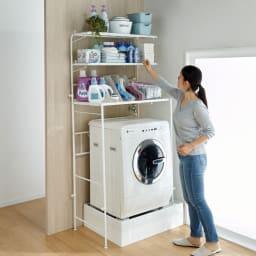 32cmまでの段差対応 奥行たっぷりランドリーラック 棚1段・バスケット2個 段差をまたいでも無段階で高さ調整ができるので女性でも手が届きやすい洗濯機上ラックが実現します。※写真は棚3段タイプです。