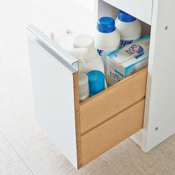 豊富なサイズから選べる 光沢仕上げすき間収納庫 幅15cm・奥行55cm 最下段には背の高いボトル類もすっきり収められます。