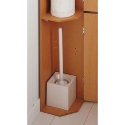こだわりトイレの木製コーナーラック ロー 高さ75cm 背の高いトイレブラシもすっきりと収納できます。(※棚板1枚外して撮影)
