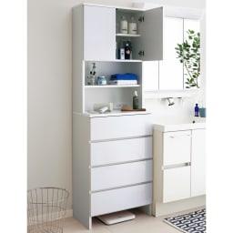 家電が使えるコンセント付き 多機能洗面所チェスト 幅45cm 中天板には2口コンセント付き。ヘアアイロンやドライヤーがお使いいただけます。忙しい朝の準備にも便利です。(※写真は幅60cmタイプです)