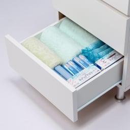 組立不要 お掃除しやすい 湿気も気にならない 多段すき間チェスト 4段・幅44.5奥行44.5cm 引き出しの収納例:奥行44.5cmはバスタオルや衣類、大きめの雑貨類を収納するのにおすすめです。