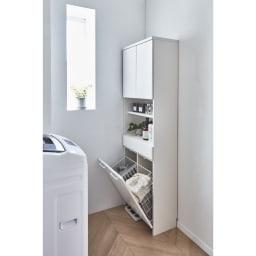 隠せる脱衣カゴ付きサニタリー収納庫 幅43.5cm カゴ大1個 使用イメージ 奥行30cmの薄型だから、狭い洗面所にも圧迫感なく置けます。 ※写真は幅60cm(カゴ小2個)タイプです。
