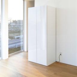 組立不要 光沢仕上げ たっぷりハウスキーピング収納庫 幅75cm・奥行55cm 美しい光沢仕上げで、取っ手もなくすっきり。
