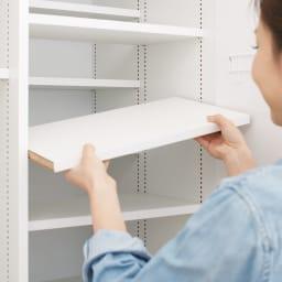 組立不要 光沢仕上げ たっぷりハウスキーピング収納庫 幅75cm・奥行55cm ハーフ棚は移動が簡単。季節にあわせて棚を増やすなど、フレキシブルに使えます。