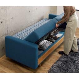 座って、寝て、収納して。主役になるソファベッド 【女性1人で簡単チェンジ】後に6cmほどのすき間があれば、位置を変えずにソファからベッドに早変わり。