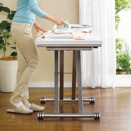 伸長式ガス圧昇降テーブル 幅100(天板90)cm (ア)ホワイト 高さを変えて立ち仕事も。天板耐荷重約20kgです。