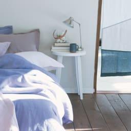 直線があるからピタッとフィット!北欧モダンな丸型サイドテーブル モダンな佇まいで、シンプルなお部屋にすっと馴染みます。