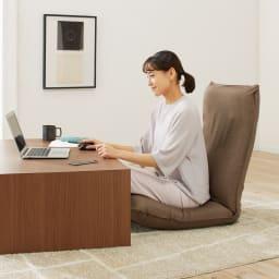 サイズを選べる 腰にやさしいリラックスチェアⅢ 洗えるカバー付き (イ)ブラウン 床でのテレワークもずっと快適。 ※写真はMサイズです。
